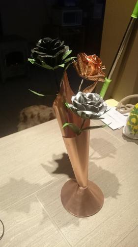 bouquet de rose et son vase en cuivre et zinc