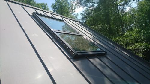 pose de velux sur un toit en joint